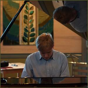 Anton Nilsson øvar på flygelet før konserten i Sandnes kyrkje.