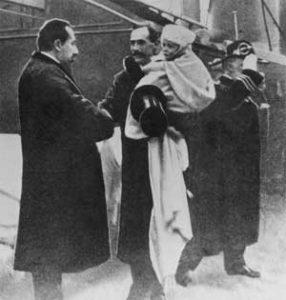 Prins Carl med sonen prins Alexander på armen er eit godt døme på vellukka integrering. Denne familien kom til landet vårt i 1905.