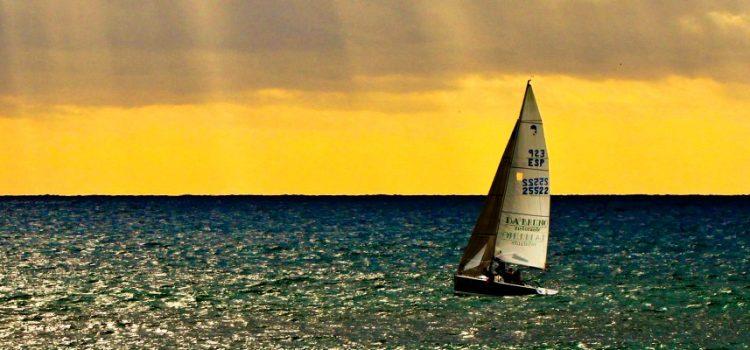 Seglbåt på havet utanfor Marbella.