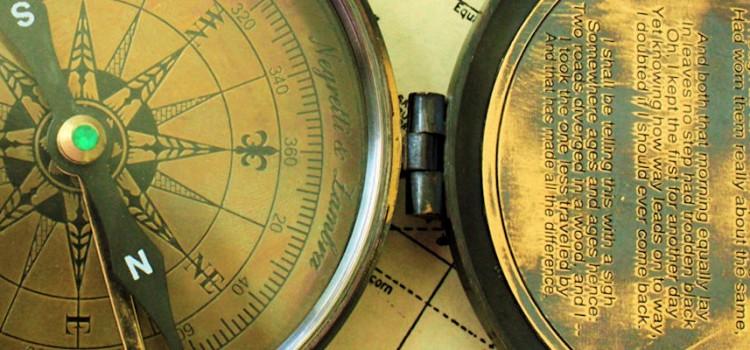 Bilete av kompass med dikt av Robert Frost.
